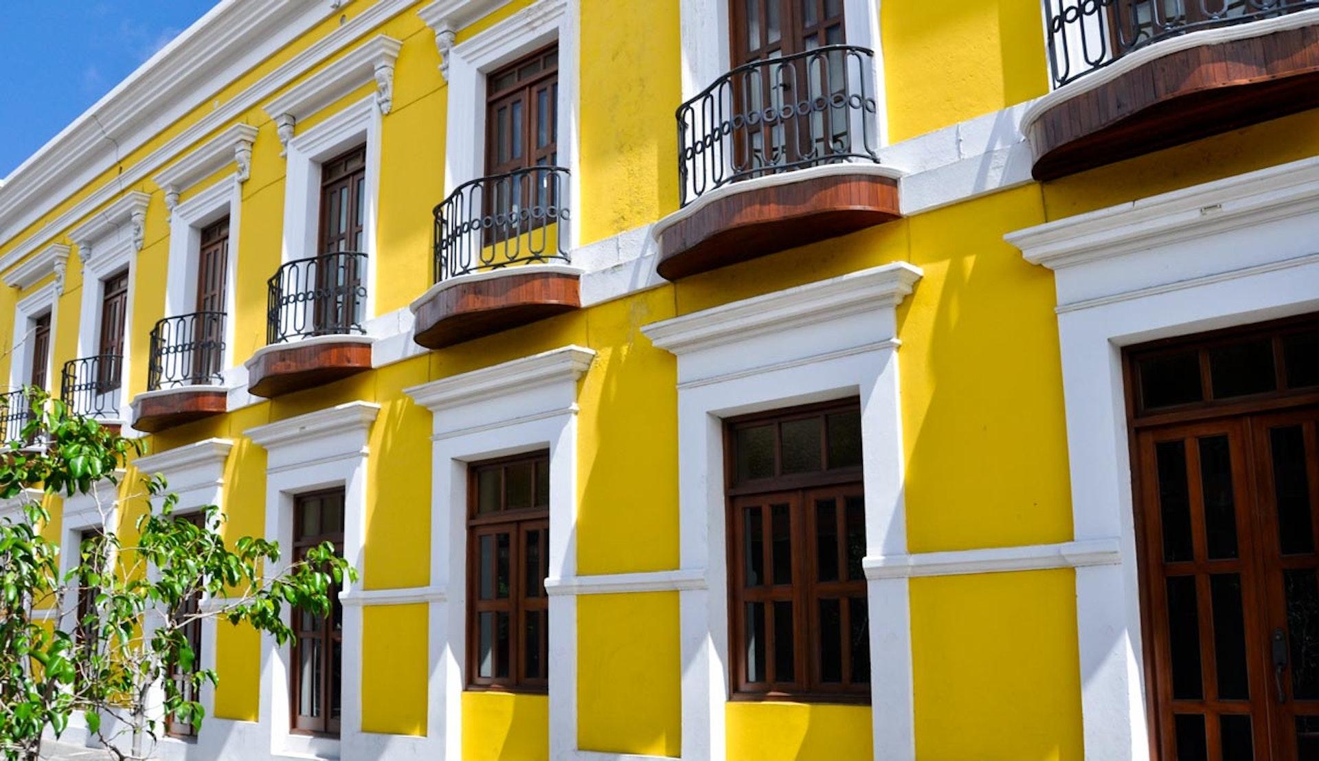 Intensivt gult hus i San Juan i Puerto Rico.
