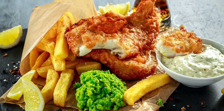Fish and chips med traditionella tillbehör.