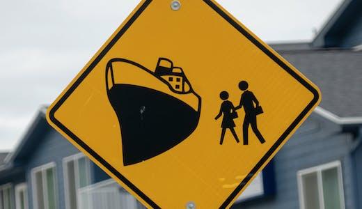 Vägskylt som varnar för kryssningspassagerare i Seward, Alaska.