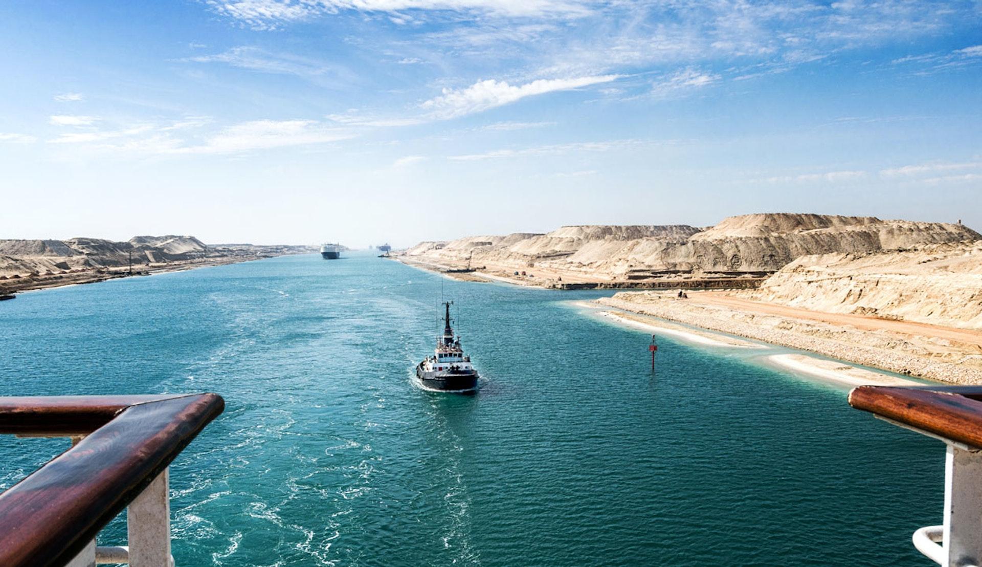 Suezkanalen, sett från ombord på ett fartyg.