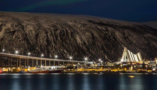 Kvällsvy över Tromsø och Ishavskatedralen, Norge. Foto: Sascha Koch/Hurtigruten