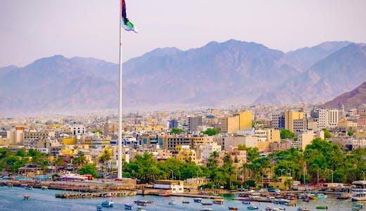 Staden Aqaba i Jordanien, sedd från havet.