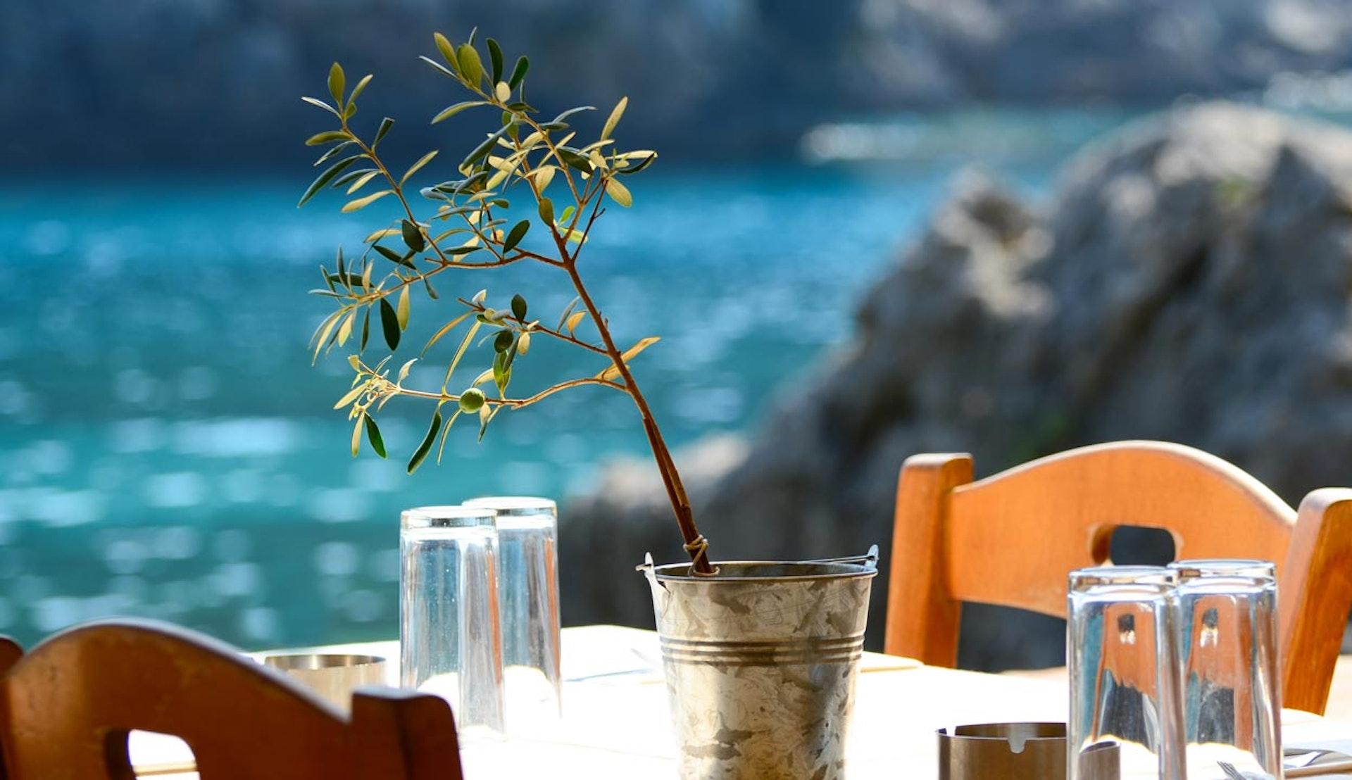 Bord på grekisk taverna, precis vid vattnet.