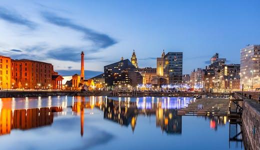 Ett kvällsupplyst Liverpool, Storbritannien.