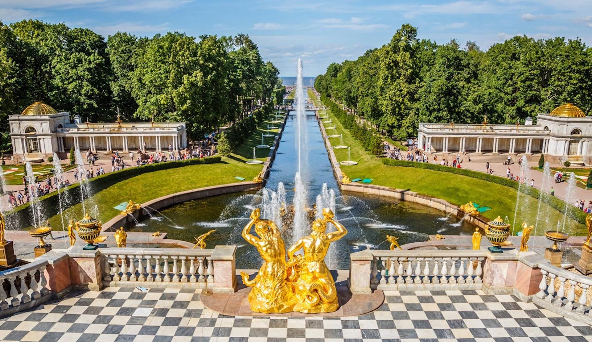 Vacker park i St. Petersburg i Ryssland.