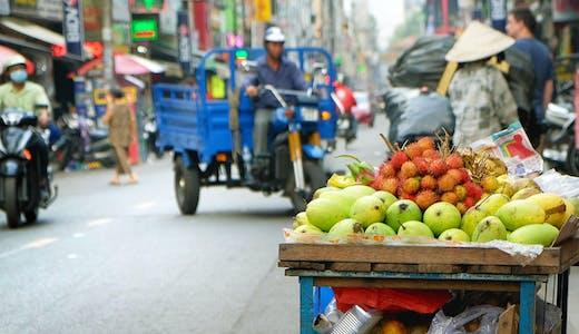 Fruktvagn på gatan i Ho Chi Minh City, Vietnam.