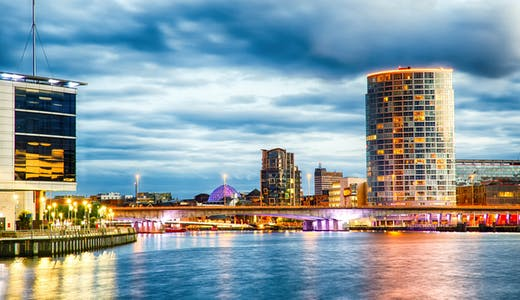 Nordirlands huvudstad Belfast vackert kvällsupplyst.