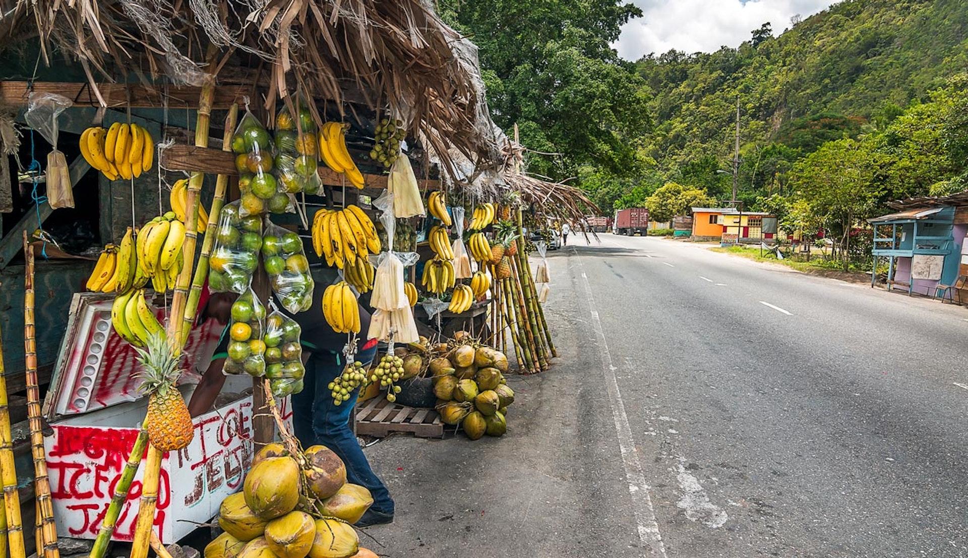 Fruktstånd på en gata på Jamaica.