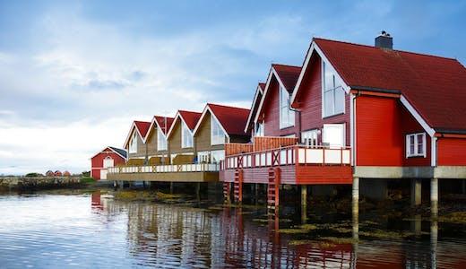 Hus i vattnet i Molde i Norge.