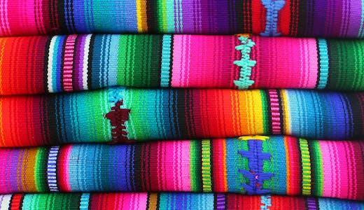 Typiska färgglada, handvävda tyger i Guatemala.