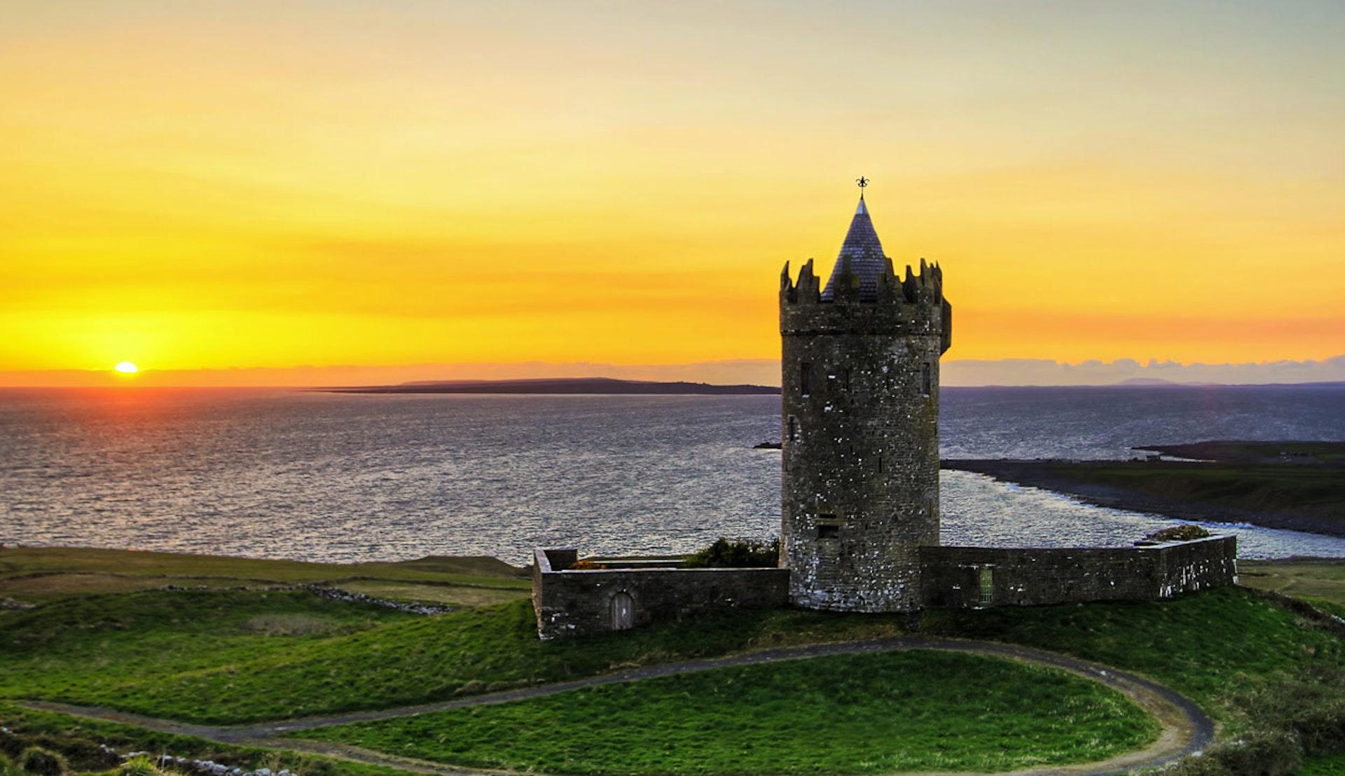 Solnedgång i Irland, med ett fort i förgrunden.