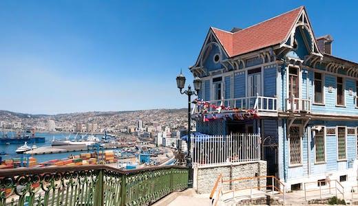 """Blått """"villa-villerkulla-hus"""" i Valparaiso i Chile."""