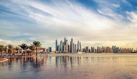 Dubai skyline i solnedgången.