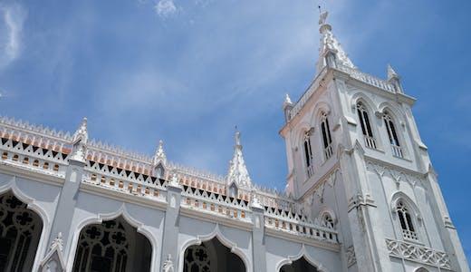 Närbild på katedralen i Colón, Panama.