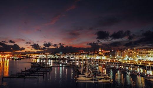 Hamnen i Ponta Delgada på Azorerna, kvällstid.