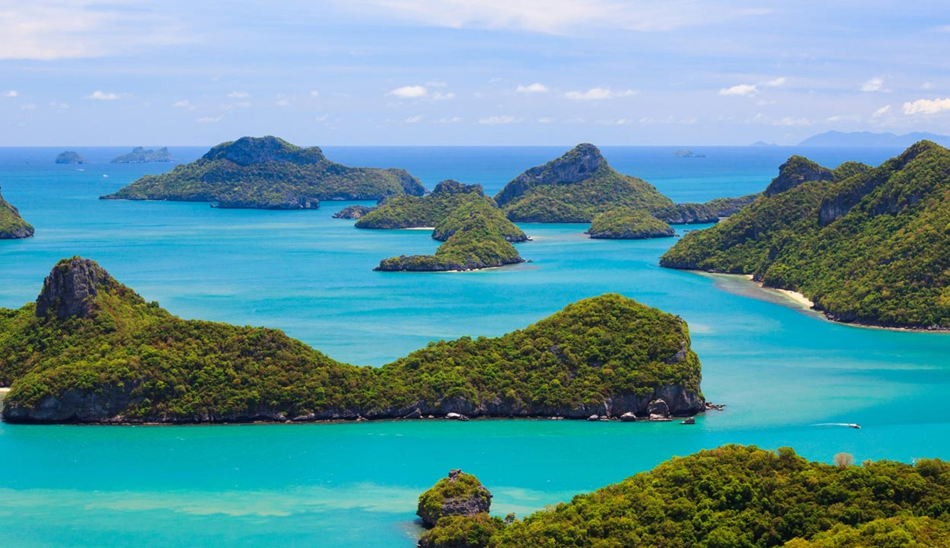 Vy över Thailands gröna öar och havet.