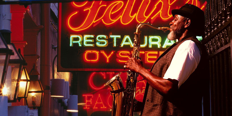 Saxofonist på Bourbon Street i New Orleans.