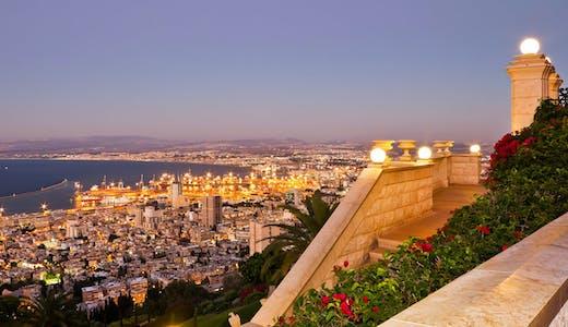 Kvällsvy över Haifa i Israel, från Karmelberget.