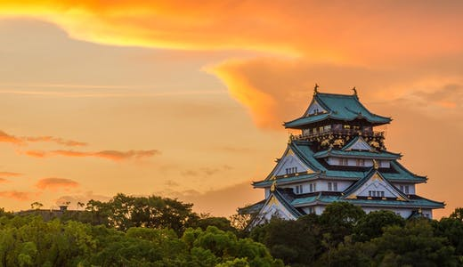 Solnedgång över Osaka Castle i Osaka, Japan.