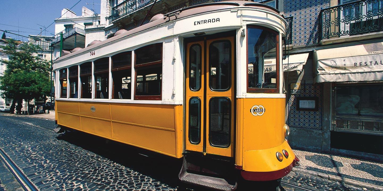 Gul spårvagn i Lissabon, Portugal.