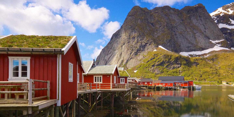 Röda hus i fantastiskt läge precis vid vattnet i Lofoten, Norge.