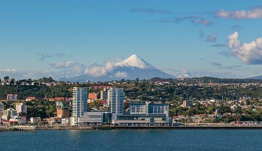 Vy över Puerto Montt i Chile, med vulkanen Osorno i bakgrunden.