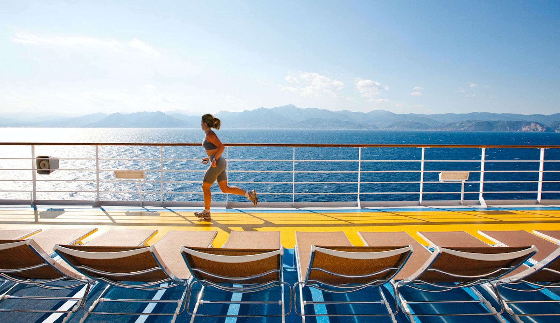 Kvinna joggar på däck på ett av Costa Cruises fartyg.