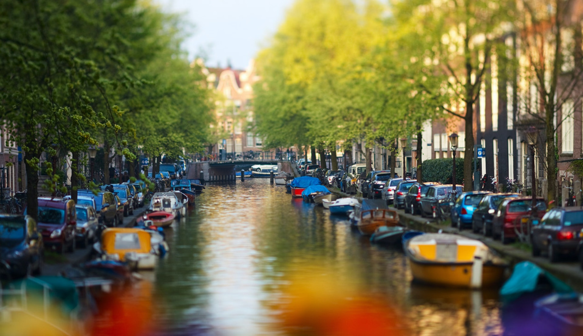 Kanal fylld med båtar i Amsterdam.