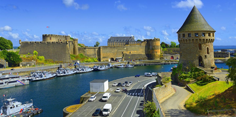 Gamla slottet vackert beläget vid vattnet i Brest, Frankrike.