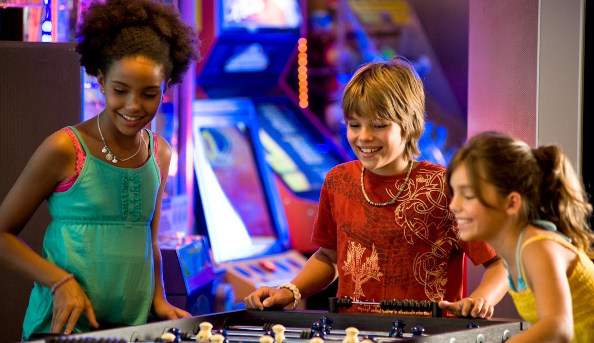 Barn spelar spel på Kids Club ombord på Royal Caribbeans fartyg.