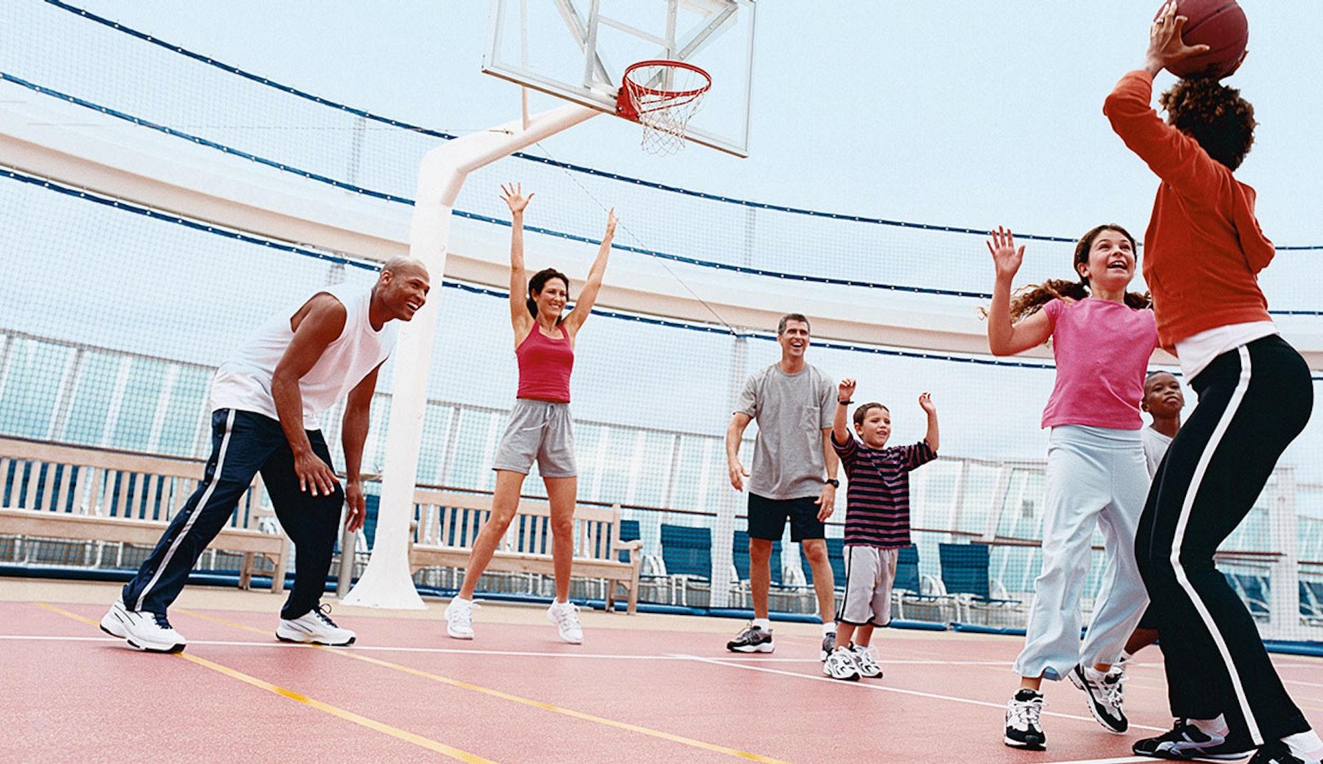 Basketspel ombord på Royal Caribbeans fartyg.