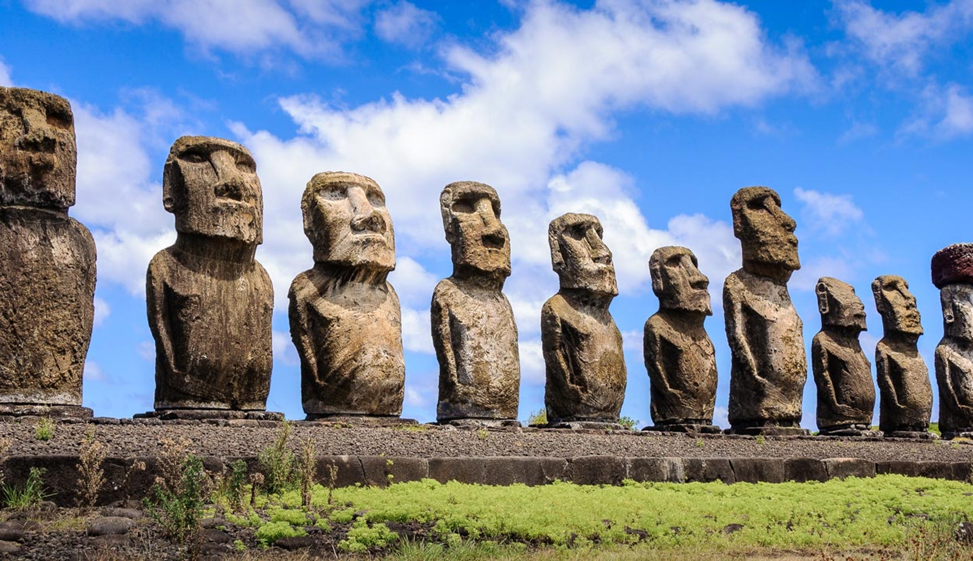 Stenstatyer på rad, på Påskön i Chile.