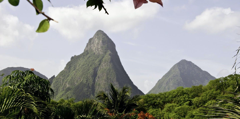 De iögonfallande The Pitons på ön St. Lucia i Karibien.
