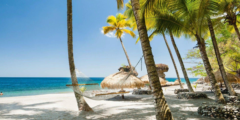 En av många vackra stränder på ön St. Lucia i Karibien.