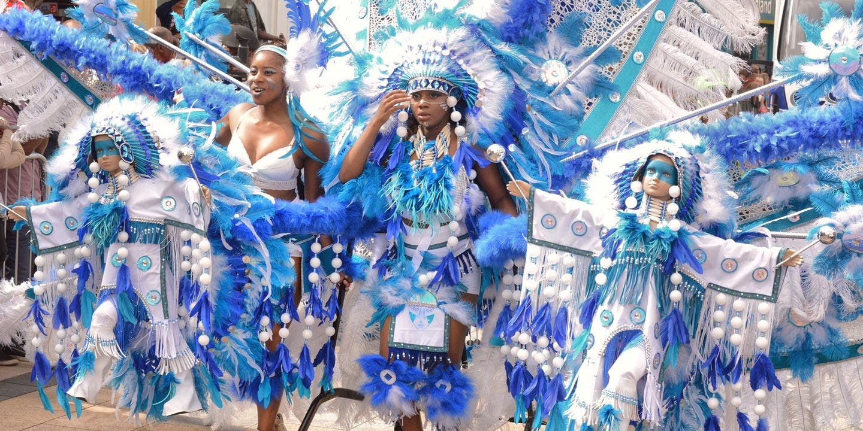 Mäktiga utstyrslar i blått och vitt, i karnevalen