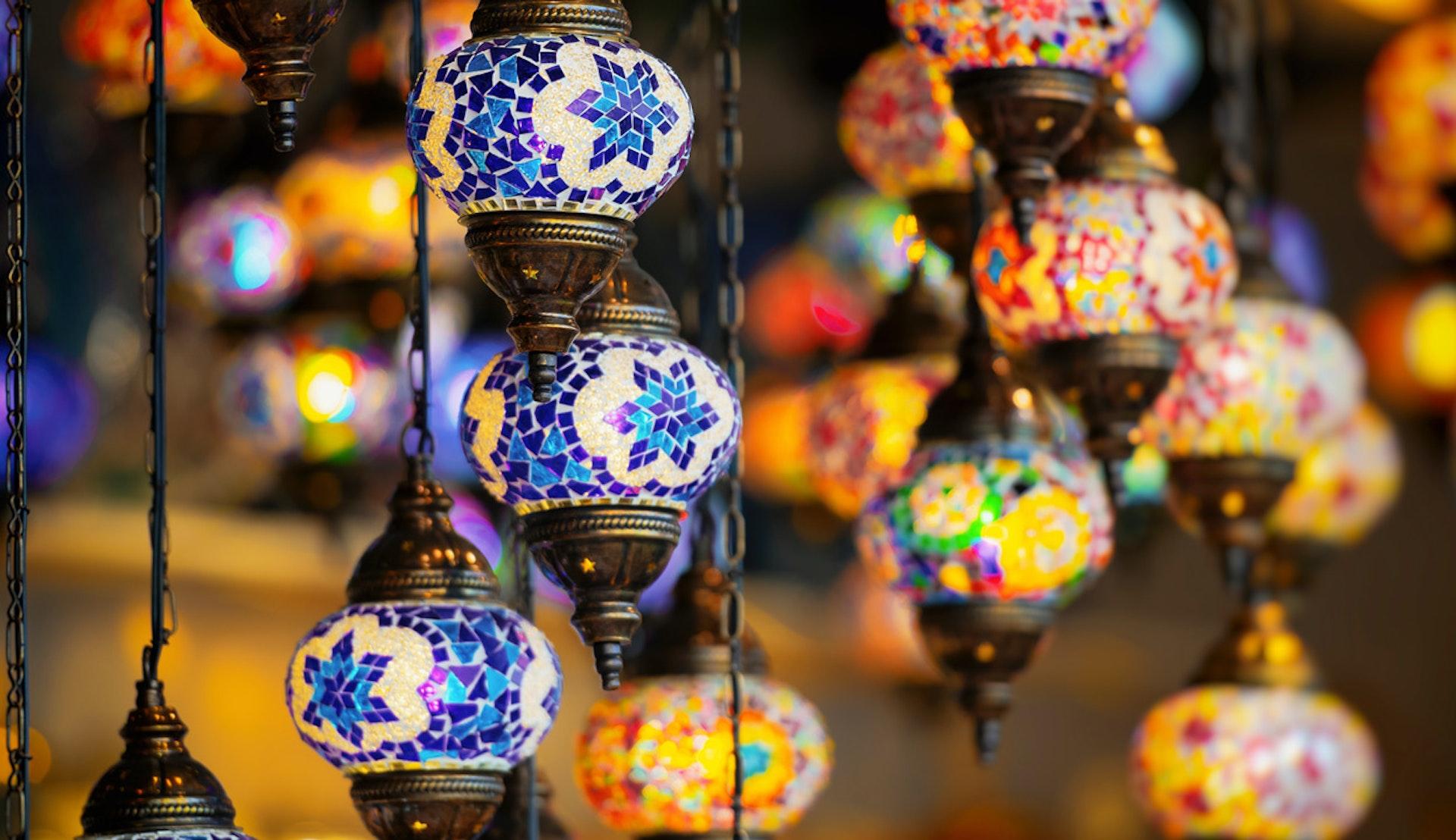 Traditionella arabiska lampor i olika färger.