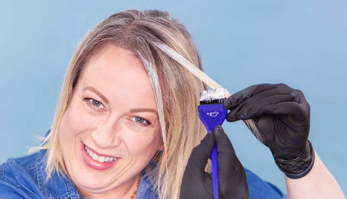 Image of colorist highlighting her side bangs with esalon's light set