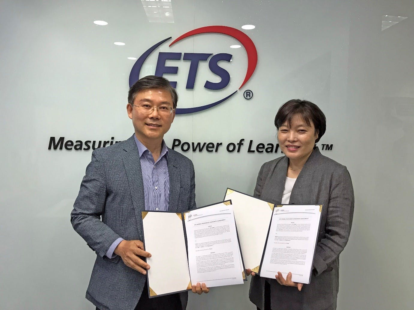 Paul Lee, Country Manager of ETS Global Korea and Ms Jangmee Park, CEO of EduFore