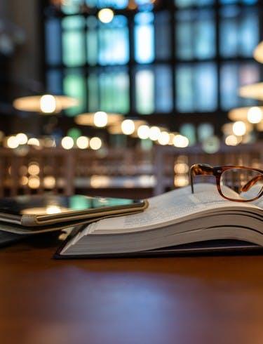 Livre et tablette sur une table dans une bibliothèque
