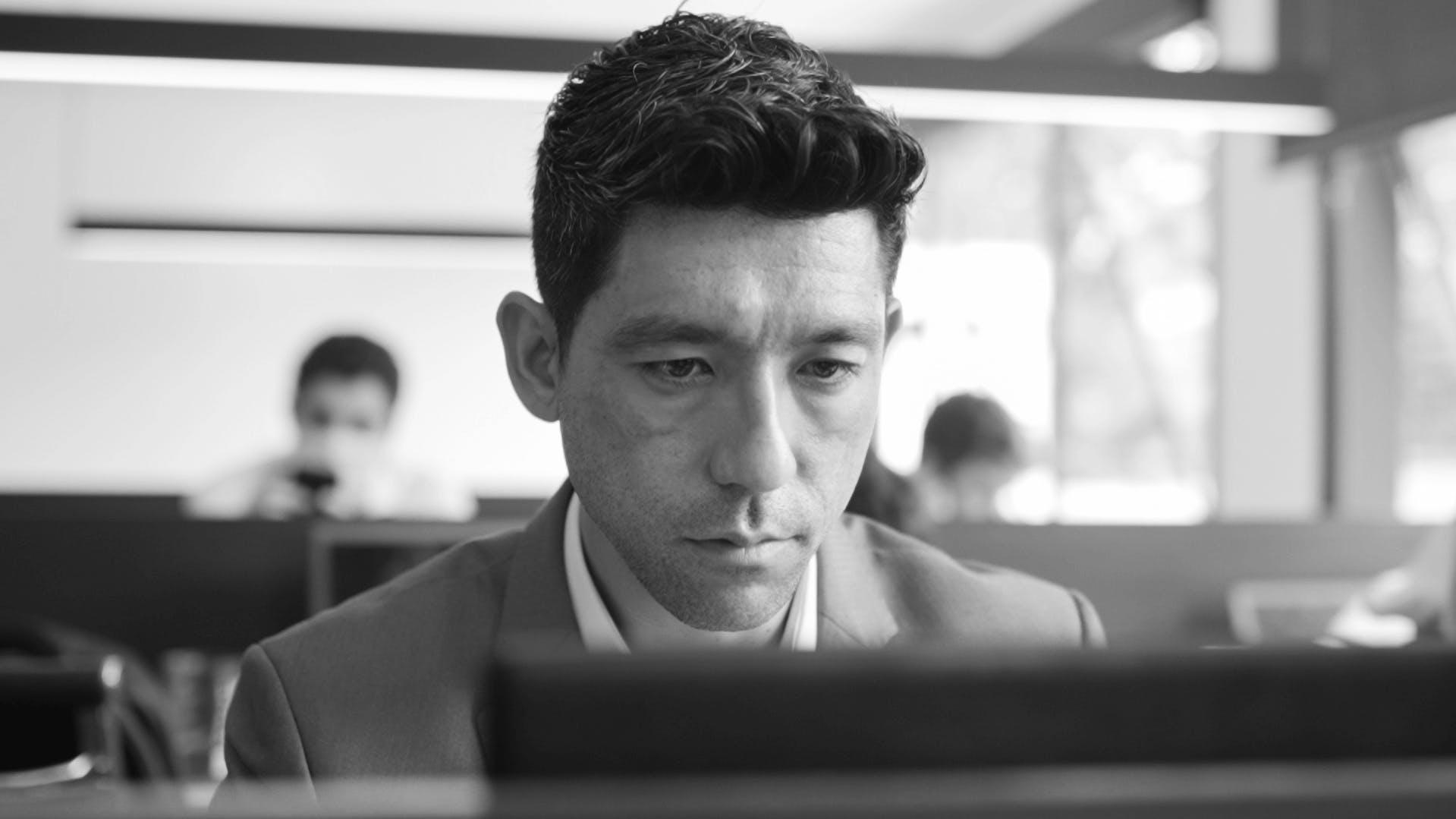 Carlos Murata olhando para computador