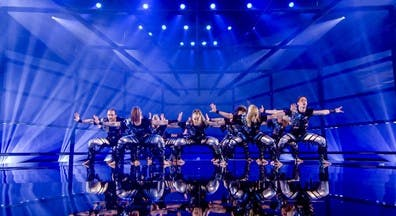 Hoogglans voeren, wanden en LED verlichting, optimale toepassingen voor podium en decor