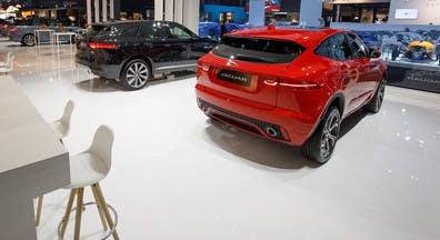 Hoogglans vloer laat de auto's op de autoshow optimaal tot hun recht komen