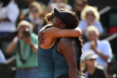 La belle accolade entre Madison Keys et Sloane Stephens, Roland-Garros 2018