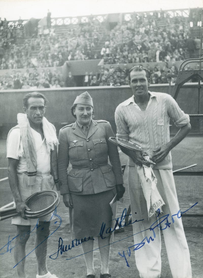 Henri Cochet, Simonne Mathieu, Yvon Pétra, premier match post-Occupation à Roland-Garros / first Roland-Garros match after World war II.