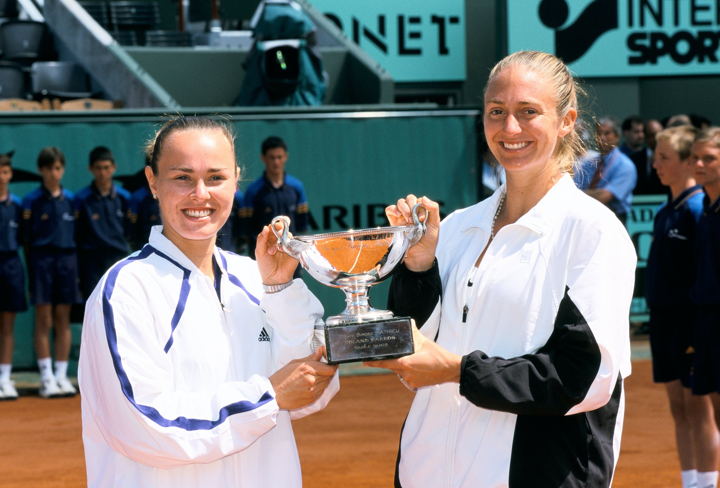Martina Hingis & Mary Pierce after the double final at Roland-Garros 2000