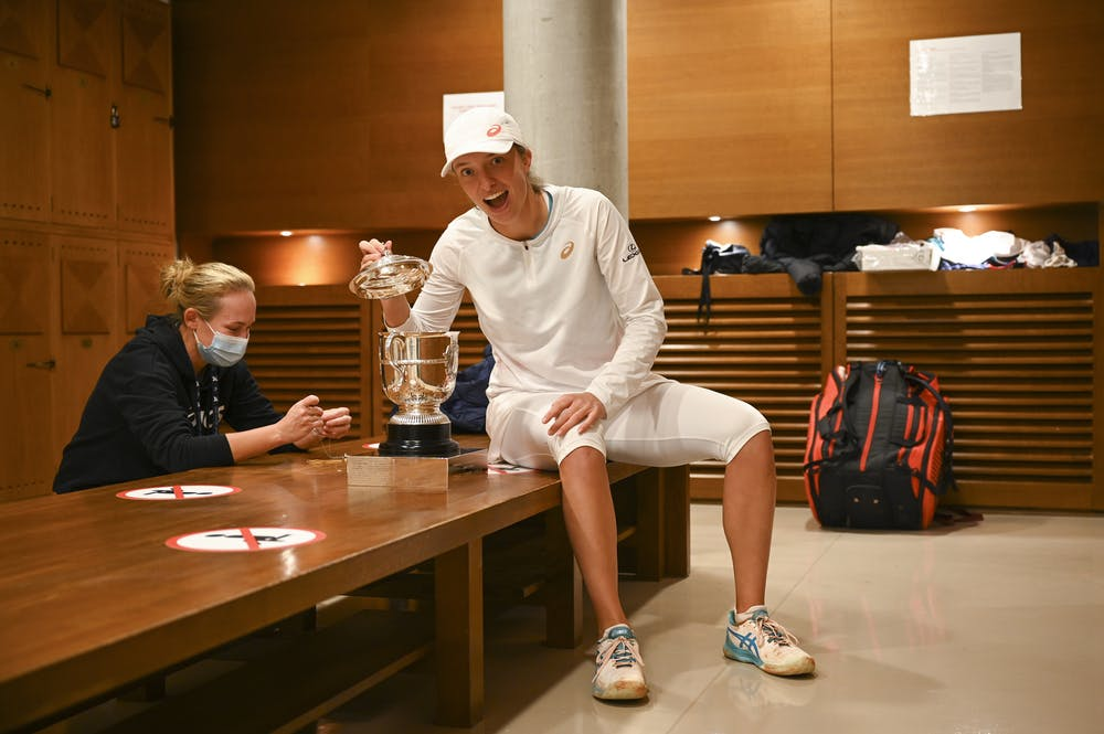 Iga Swiatek and her psychologist Daria Abramowicz in the locker right after Roland-Garros 2020 win.