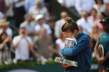 Simona Halep with the trophy at Roland-Garros 2018