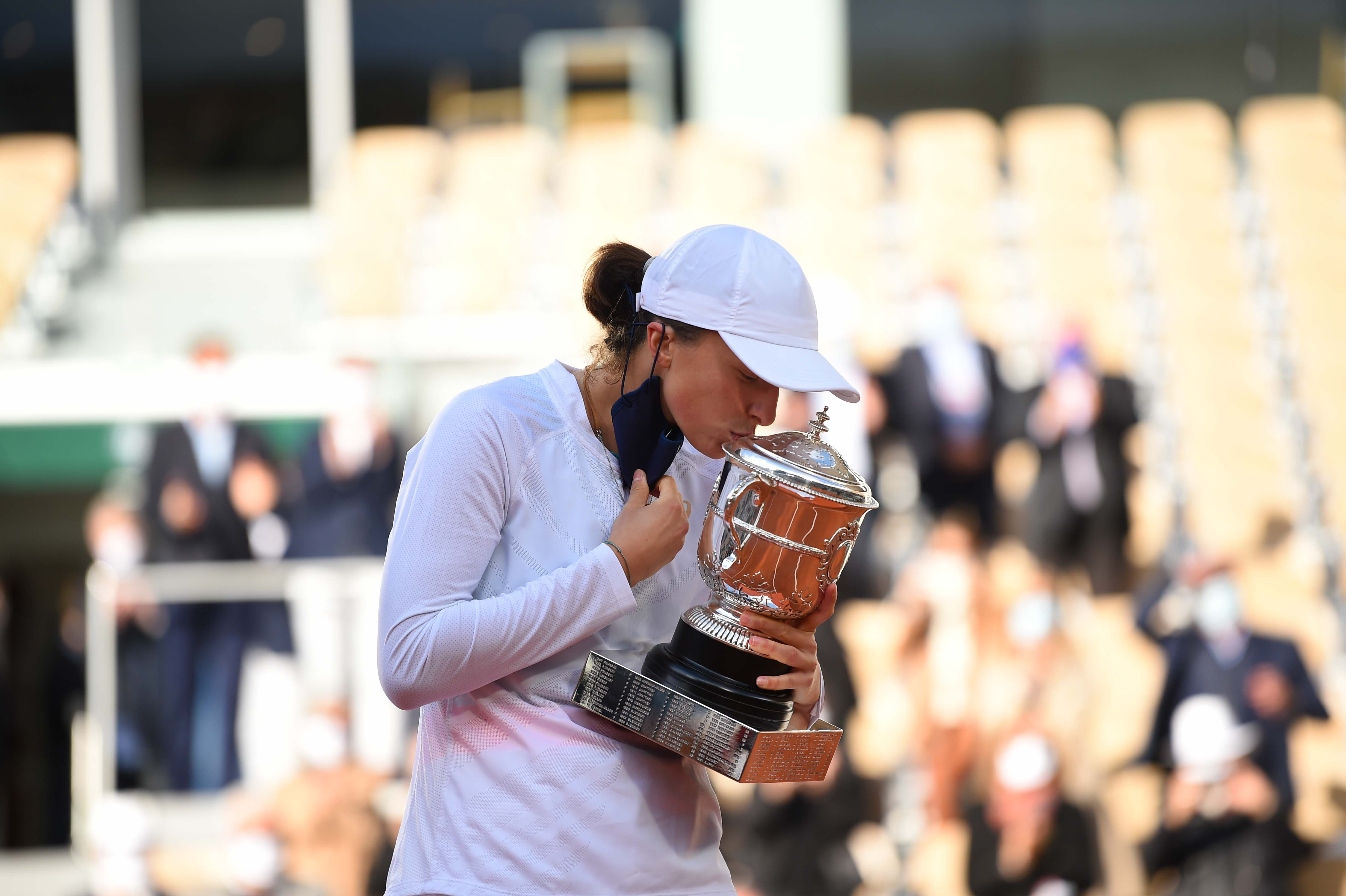 Iga Swiatek kissing her trophy Roland-Garros 2020