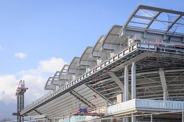 Installation des huit premières ailes du toit rétractable sur le court Philippe-Chatrier
