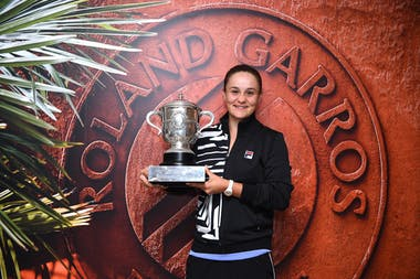Ashleigh Barty posing and smiling with her 2019 Roland-Garros trophy